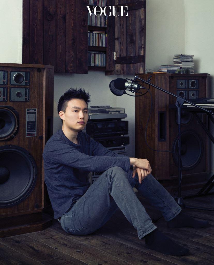 세운상가의 사운드트랙JO EUNG CHEOL 지난 2월 14일 예술 전시 공간 800/40에는 세운상가, 대림상가, 청계상가, 을지로, 청계천 소리가 가득 찼다. 작곡가 조응철(작곡가로서 조승우라는 이름으로 활동 중이다)이 자신에게 제한된 시간을 주고 주변 소리를 채집해서 5분 24초가량의 작품(https://vimeo.com/156951452)으로 버무려낸 것. 치익치익, 뚜벅뚜벅뚜벅, 지잉지잉지잉, 컹컹컹…. 기계음, 작가의 발자국 소리, '사장님' 외침, 개 짖는 소리 등은 반복되기도 하고, 축소되기도 하며, 역행하기도 했다. 소리는 마치 버튼이 달린 악기처럼 존재했고 조응철은 디제이처럼 '소리가 가진 매력'이라는 주관적인 잣대로 소리를 연주했다. 매일같이 음을 만지는 뮤 지션이 동일한 방식으로 소음을 만졌을 때 어떤 결과물이 나올 수 있을 까 확인하는 작업물이라고 해야 할까. 재구성된 소리는 익숙하고 낯선 중의적인 경험을 선사했다.
