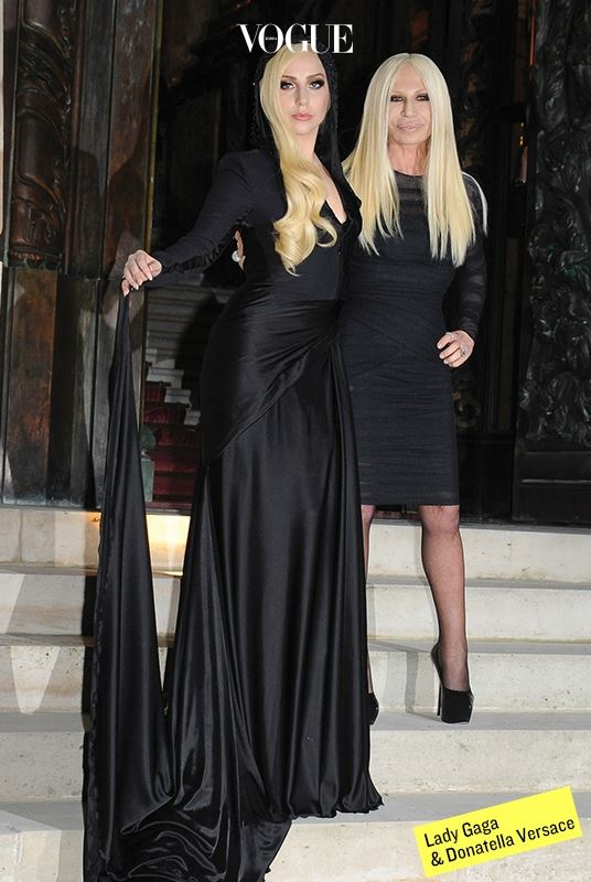 베르사체 역시 팝 스타와의 끈끈한 관계에서는 절대 뒤지지 않는다. 도나텔라 베르사체 자체가 하나의 팝 아이콘이 된 것도 자연스럽다. 레이디 가가는 'Donatella'라는 노래를 헌정했고, 래퍼 미고스(Migos)는 'Versace'라는 제목으로 싱글을 발표했다.