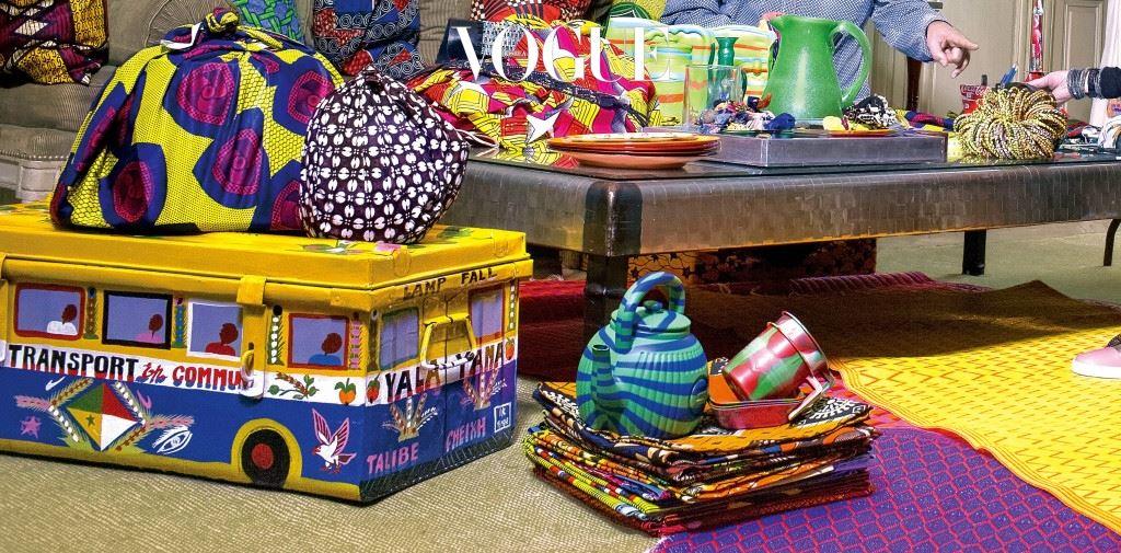 장인정신과 창작의 기쁨에 관해서라면 누구보다 열정이 넘치는 두 개의 하우스 라 메종 로즈와 크리스찬 루부탱이 '아프리카바(Africaba)' 라는 이름의 협업 프로젝트를 선보인다. 서아프리카 스타일의 생기 넘치는 컬러들과 대담한 그래픽 프린트들이 더해진 이 가방 컬렉션은 수작업으로 만들어져 제품마다 모두 장식과 모양이 다른 것이 특징. 가방 손잡이와 숄더 스트랩엔 크리스찬 루부탱의 시그니처인 스파이크 장식과 전통적인 방식을 따른 화려한 컬러의 비딩 장식이 동시에 가미됐고, 아프리카 전통 드레스를 입은 여성을 상기시키는 미니어처 인형, 그리그리(Grigri) 참 장식이 더해졌다.