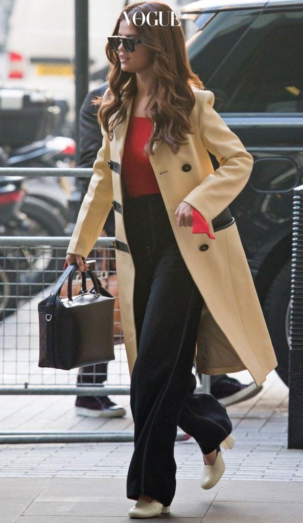 빨간색 보디수트와 와이드 팬츠, 레몬 베이지 컬러의 코트를 스타일링한 세련된 커리어우먼 스타일.