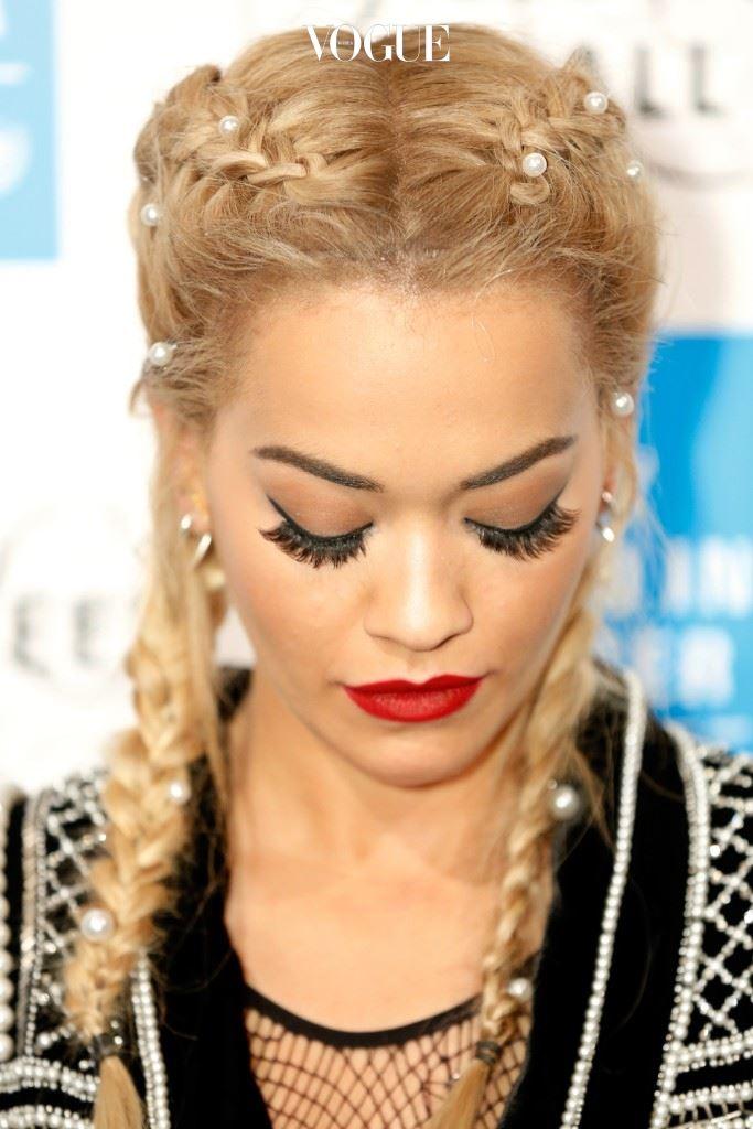 이에 질세라 큰 인기를 얻고 있는 또 다른 땋은 머리가 있습니다. 리타 오라(Rita Ora)
