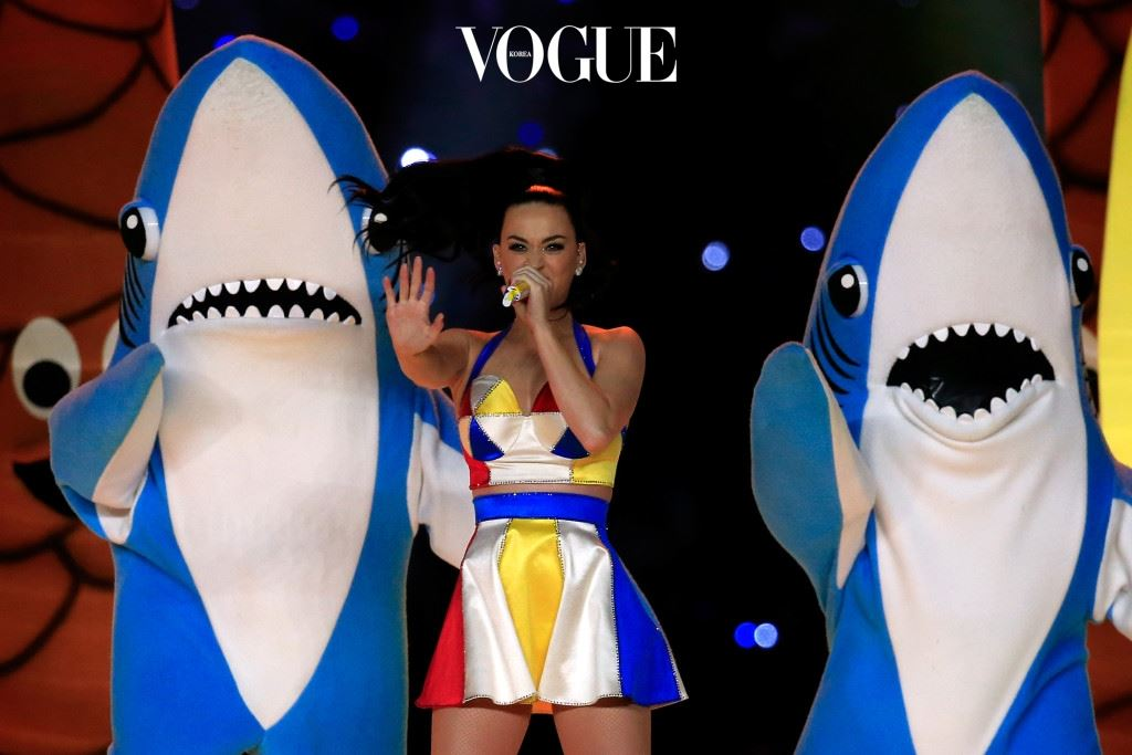 GLENDALE, AZ - FEBRUARY 01:  Singer Katy Perry performs with dancers during the Pepsi Super Bowl XLIX Halftime Show at University of Phoenix Stadium on February 1, 2015 in Glendale, Arizona.  (Photo by Rob Carr/Getty Images)