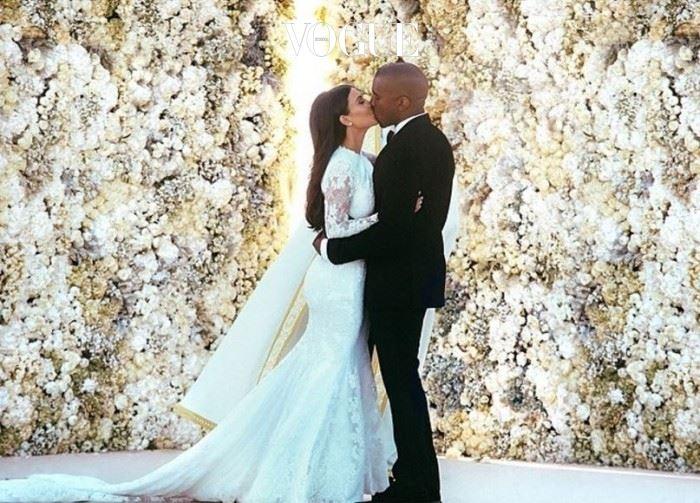 킴 카다시안(Kim Kardashian) 남편 칸예 웨스트를 만난 뒤 패션 스타로 급부상한 킴 카다시안. 지방시의 수장이자 킴의 절친 리카르도 티시가 그녀를 위해 웨딩드레스를 선물했습니다.