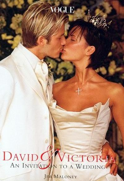 빅토리아 베컴(Victoria Beckham) 패션계에서 주목 받는 베컴 가족. 지금으로부터 17년 전, 스파이스 걸스 멤버였던 빅토리아 아담스는 데이비드 베컴과 결혼하며 '빅토리아 베컴'이 되었죠. 사랑의 결실을 맺은 순간, 베라 왕 드레스와 함께 했습니다.