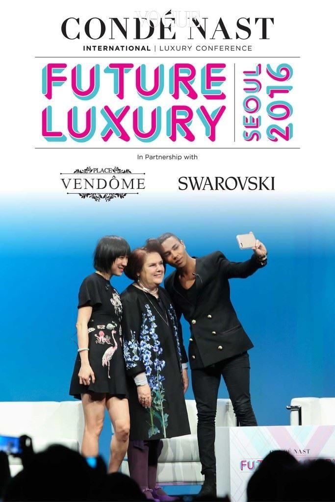 인스타그램 패션 파트너십 총책임자인 에바 첸과 발망의 크리에이티브 디렉터 올리비에 루스테잉이 서울에서 열린 CNI 럭셔리 컨퍼런스의 첫날 수지와 함께 셀카를 찍고 있다.