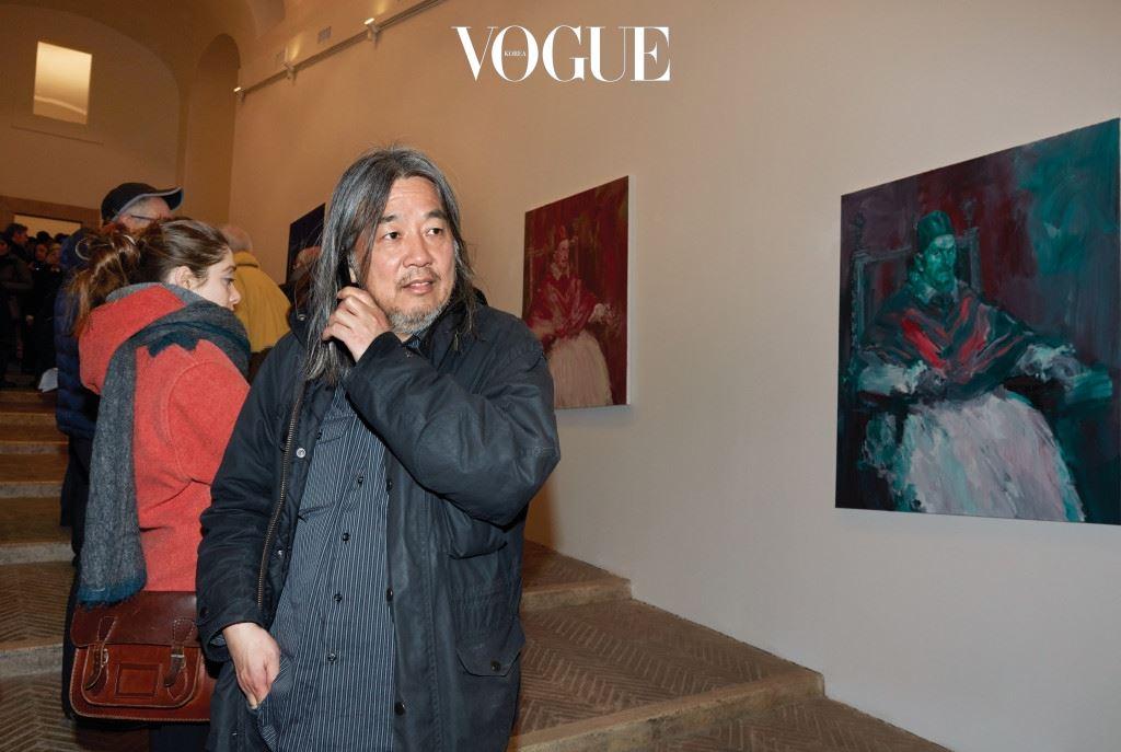 밍이라고도 불리는(기억하기 쉽도록 지은 필명이다) 얀 페 이밍은 프랑스에서 활동하는 대표적인 중국계 화가다. 1960 년에 상하이에서 태어난 그는 1980년에 프랑스로 이주하여 미술대학에서 서양 예술의 역사와 화풍을 익혔다. 그가 중국 에 머물던 시기는 문화대혁명 후기였다. 젊은 홍위병(급진 좌 파) 출신이던 그는 주로 선전, 선동용 그림을 그렸다. 이러한 대륙풍의 미술 형식에서 벗어나 서양의 섬세한 회화 기술을 도입하고 싶었던 것이다. 하지만 작품의 특징인 빠른 작업 속 도, 주제를 중시하는 점, 직설적인 표현 등을 보면 중국에서 익힌 기법과 과거의 전략이 여전히 남아 있음을 알 수 있다.(사진)로마의 빌라 메디치에서 개인전에서 만난 얀 페이밍 (Photo by Marie Clerin).