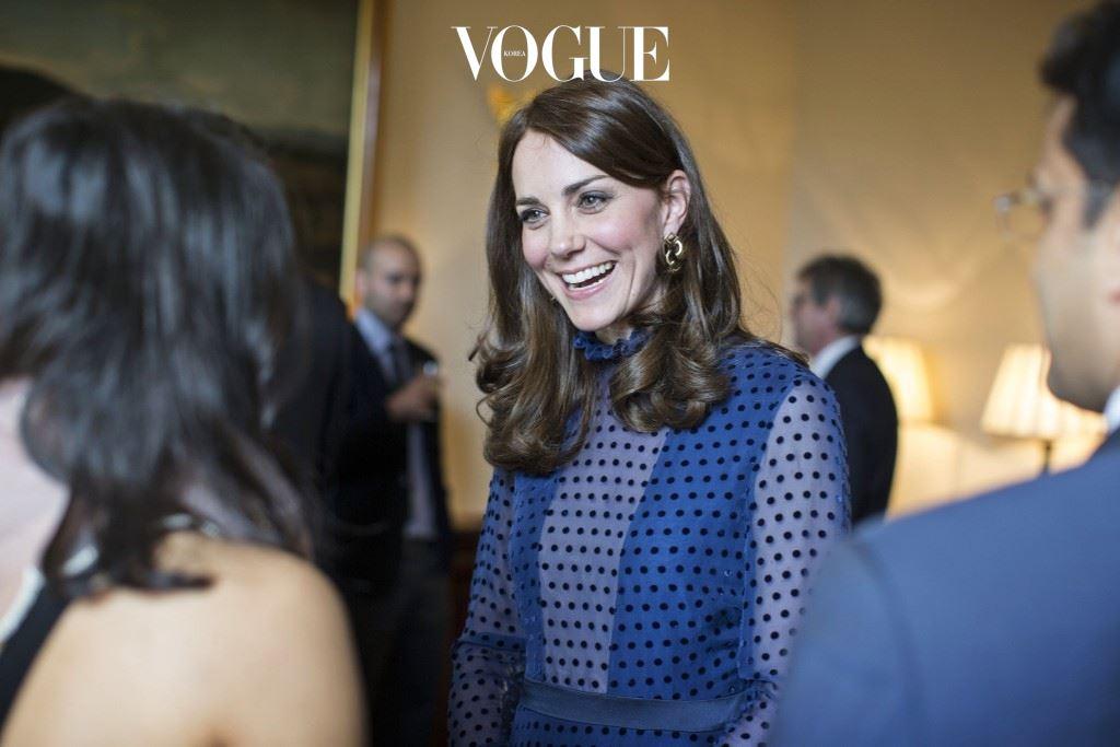 왕실 여인들은 죄다 비싼 것만 입을 거라는 편견도 깼죠. 10만원도 채 안 되는 의상들도 많았거든요. 자, 그럼 그녀가 어떤 옷을 선택했는지 하나씩 살펴볼까요?