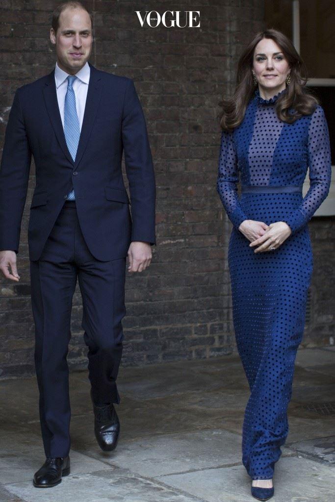 인도 출신 디자이너 살로니 로드하(Saloni Lodha)의 파란색 맥시 드레스, £498.