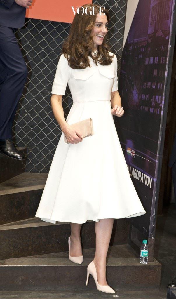 에밀리아 윅스테드(Emilia Wickstead)의 포켓 장식 드레스, £1,760. 멀버리(Mulberry)의 스웨이드 클러치, £495. 루퍼트 샌더슨(Rupert Sanderson)의 펌프스, £425.