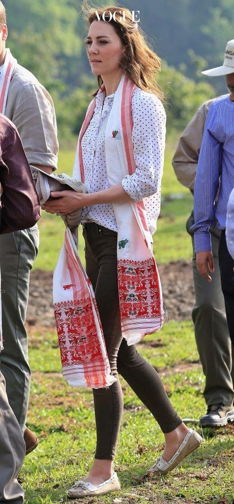 RM 윌리엄스(RM Williams)의 폴카 도트 블라우스, £74. 자라(Zara)의 카키색 스키니진, £29.99.
