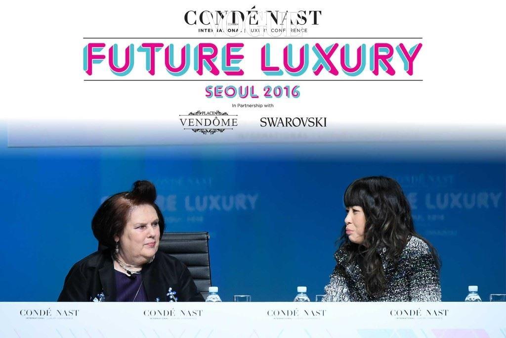 수지 멘키스가 서울에서 열린 CNI 럭셔리 컨퍼런스에서 샤넬의 패브릭 디렉터 김영성 씨와 대담을 나누고 있다.