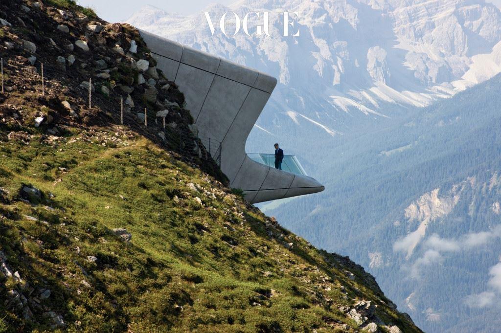 자하 하디드의 건축물은 어디에 있든 몽골 고비사막에 착륙한  우주선처럼 보였다. 유려하고 대담한 곡선, 혁신적인 공간 해석과 활용, 이를 현실화하는 창의적 기술은 그녀만의 인장이었다. 비트라 소방서는 고전적인 레퍼런스이고, 그 후에도 BMW의 라이프치히 공장, 두바이 오 페라 하우스, 오스트리아 인스브루크의 90m 스키 점프장과 이스탄불의 1400에이커 규모의 산업 공간, 런던 올림픽 수영장, MAXXI 이탈리아 로 마 현대미술관까지. Messner Mountain Museum, Corones(Photo by Indexhibit)