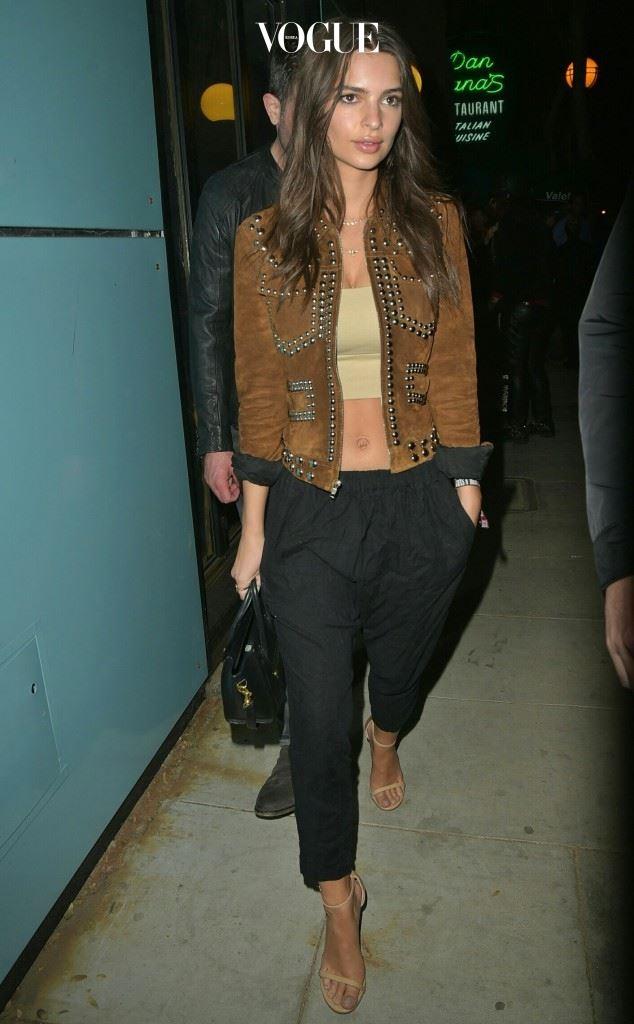 스터드 장식의 스웨이드 재킷과 루스한 팬츠의 보헤미안 룩. 에밀리 라타이코프스키(Emily Ratajkowski)