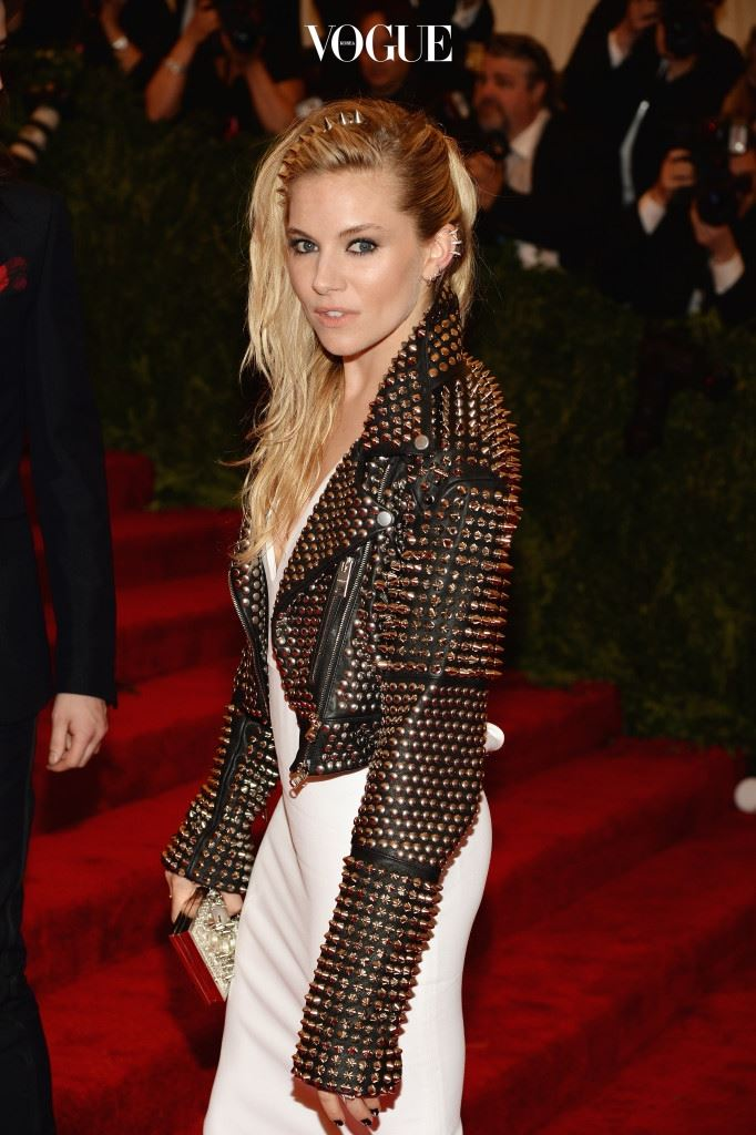 시에나 밀러(Sienna Miller, 2013) 스터드로 장식된 버버리 가죽 재킷에 헤어 액세서리까지. 그야말로 펑크 여신!