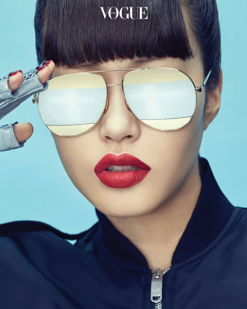 실버와 골드, 두 가지 컬러 렌즈가 레이어드된 보잉 선글라스는 디올(Dior), 검정 항공 점퍼는 생로랑(Saint Laurent), 실버 가죽 장갑은 샤넬(Chanel).
