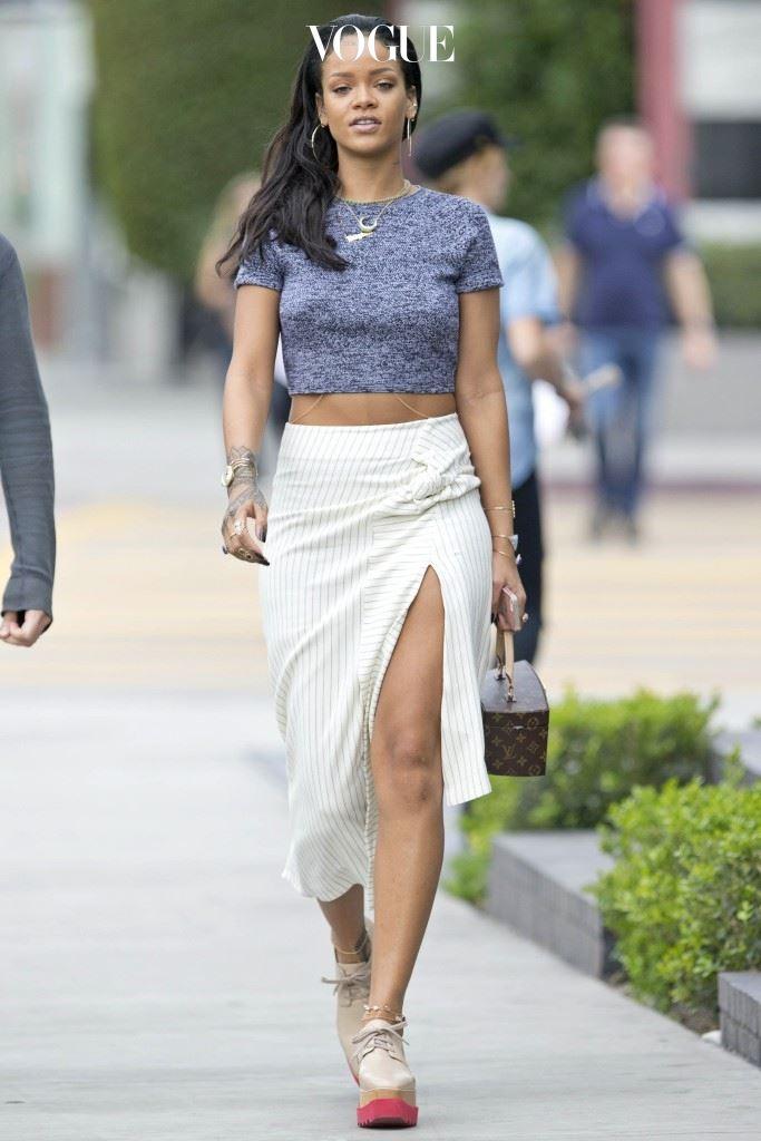 잘려나간 틈 사이로 걸을 때마다 언뜻언뜻 보이는 속살. 리한나(Rihanna)