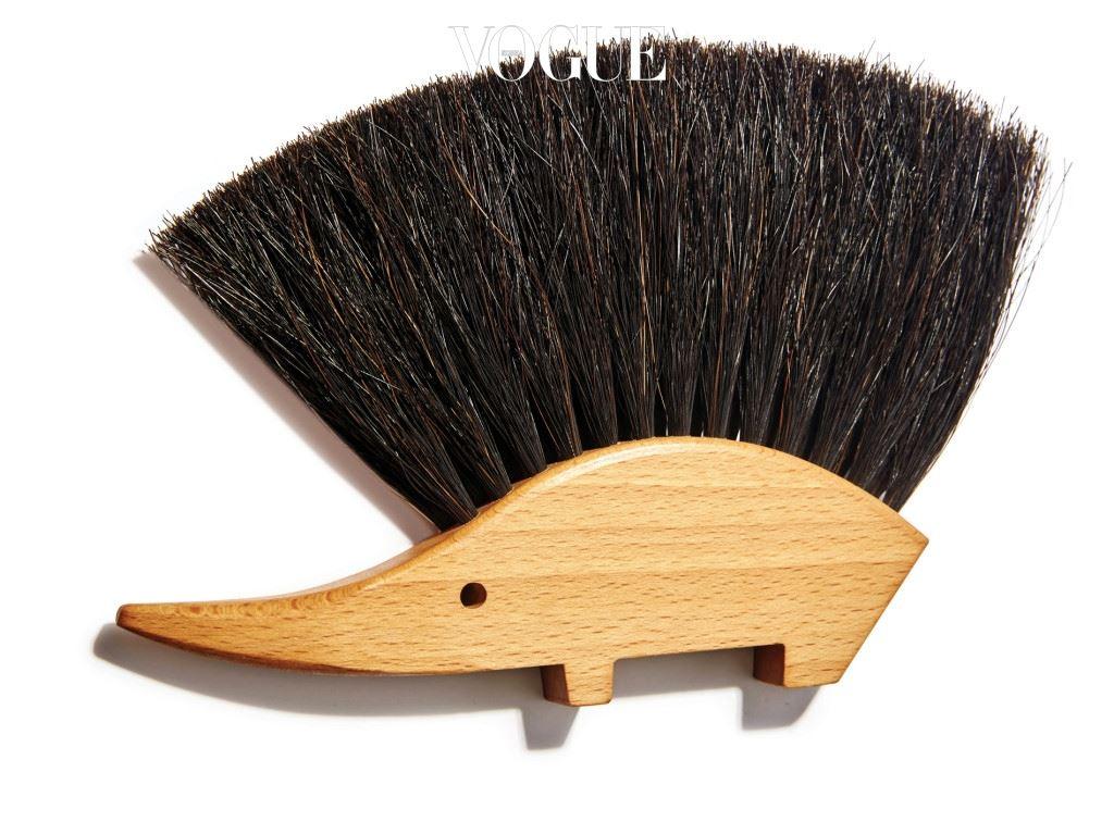 PAEK JI SU beauty director ATELIER & PROJECT BROOM 로봇 청소기가 온 집 안을 쓸고 닦아주는 시대에도, 책상 위 지우개 가루를 직접 치우며 머릿속을 비울 여유는 필요하기에.