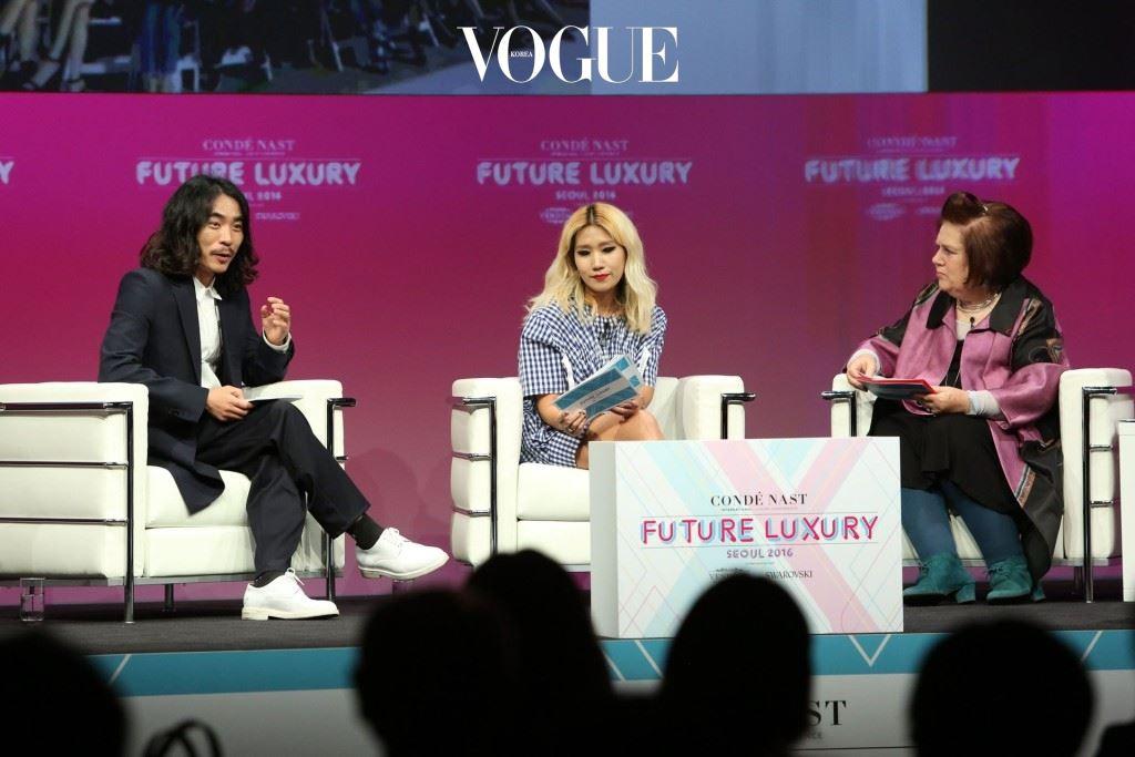 요니 P(가운데)는 밀레니엄 세대와 같은 속도로 브랜드를 발전시켜 나가려 하고 있다.