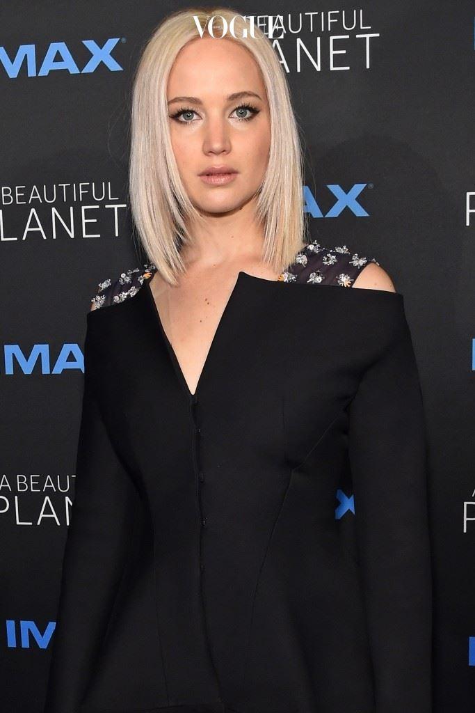 최근엔 플래티넘 블론드(Platinum Blonde)라는 백발에 가까운 금발머리가 셀러브리티들의 마음을 사로잡았습니다. 제니퍼 로렌스(Jennifer Lawrence)