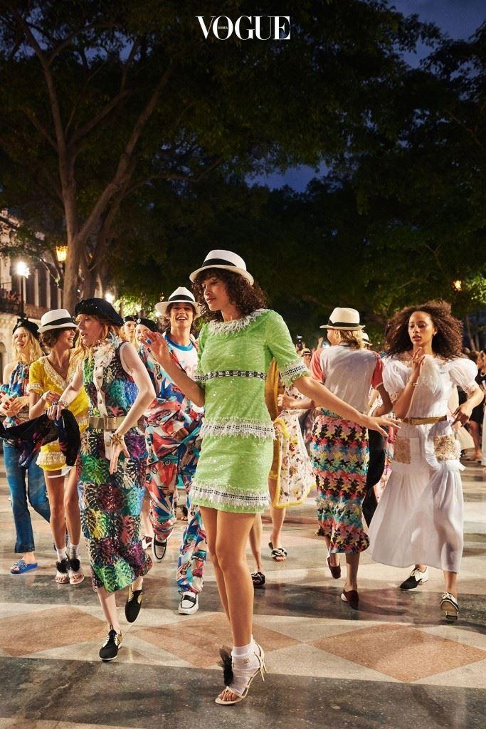 쿠바의 환영에 답하기라도 하듯 쇼가 끝난 후 모델들과 게스트들은 흥겹게 춤을 추기 시작했다.