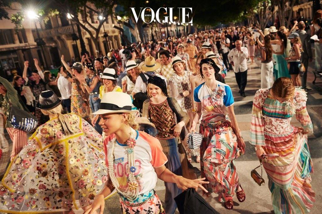 쇼에 피날레에서 모델들과 게스트들은 파티를 시작했다.