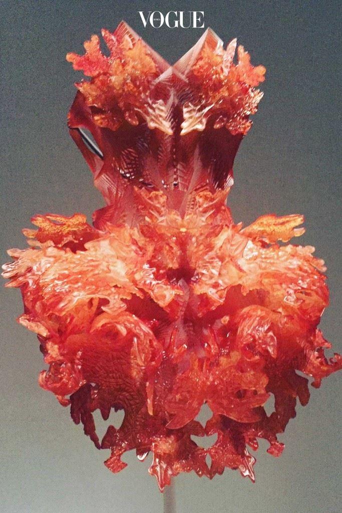 아이리스 반 헤르펜이 만들어낸 환상적인 작품이 메트로폴리탄 미술관의 전시회에서 공개됐다.