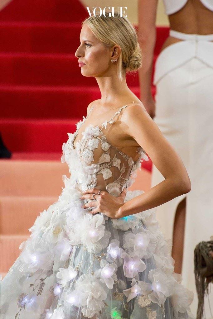 """캐롤리나 쿠르코바는 마르케샤의 """"인지 드레스(Cognitive Dress)""""를 입었다.이 드레스에는 트위터의 반응에 따라 컬러가 바뀌는 꽃모양의 LED 조명이달렸다.감정과 컬러를 연결한 이 테크놀로지는 IBM의 작품이다."""
