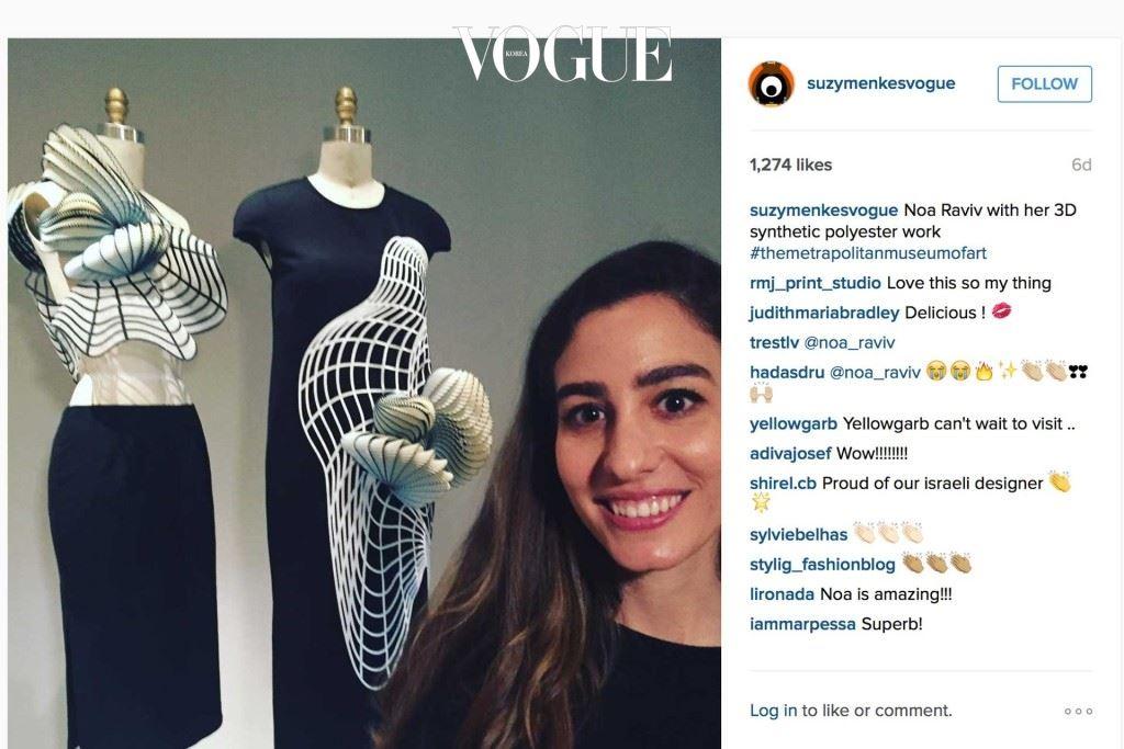 노아 라비브가 자신의 3D 프린트 합성 폴리에스테르 드레스 곁에 서있다.