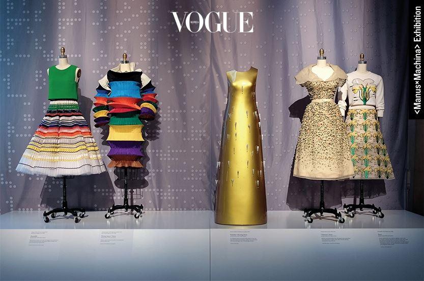 샤넬의 3D 꾸뛰르 컬렉션은 5월에 시작되는 메트로폴리탄 뮤지엄 오브 아트의 전시 에서 중요하게 다뤄질 예정이다. 이 재킷이 여타의 하이테크 패션 총아들의 옷과 다른 점은 전통적인 샤넬 꾸뛰르 기술과 하이테크의 융합이기 때문이다. 타이틀에서 짐작할 수 있듯 메트의 이번 전시는 손(Manus)으로 상징되는 전통 기술과, 기계(Machina)로 상징되는 최신 기술이 어떻게 서로 영향을 주고받으며 패션을 이끌고 있는가에 초점이 맞춰져 있다.