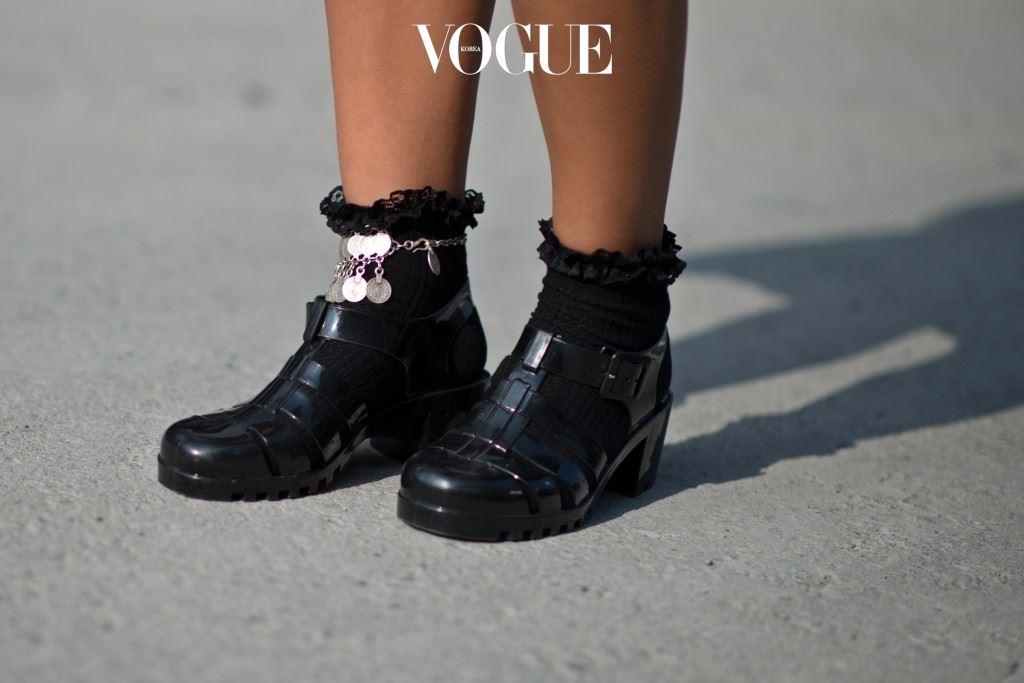 앵클릿(Anklet) 또는 앵클 체인(Ankle Chains), 앵클 브레이슬릿(Ankle Bracelets), 앵클 스트링(Ankle Strings)이라는 여러 이름을 가진 발찌.