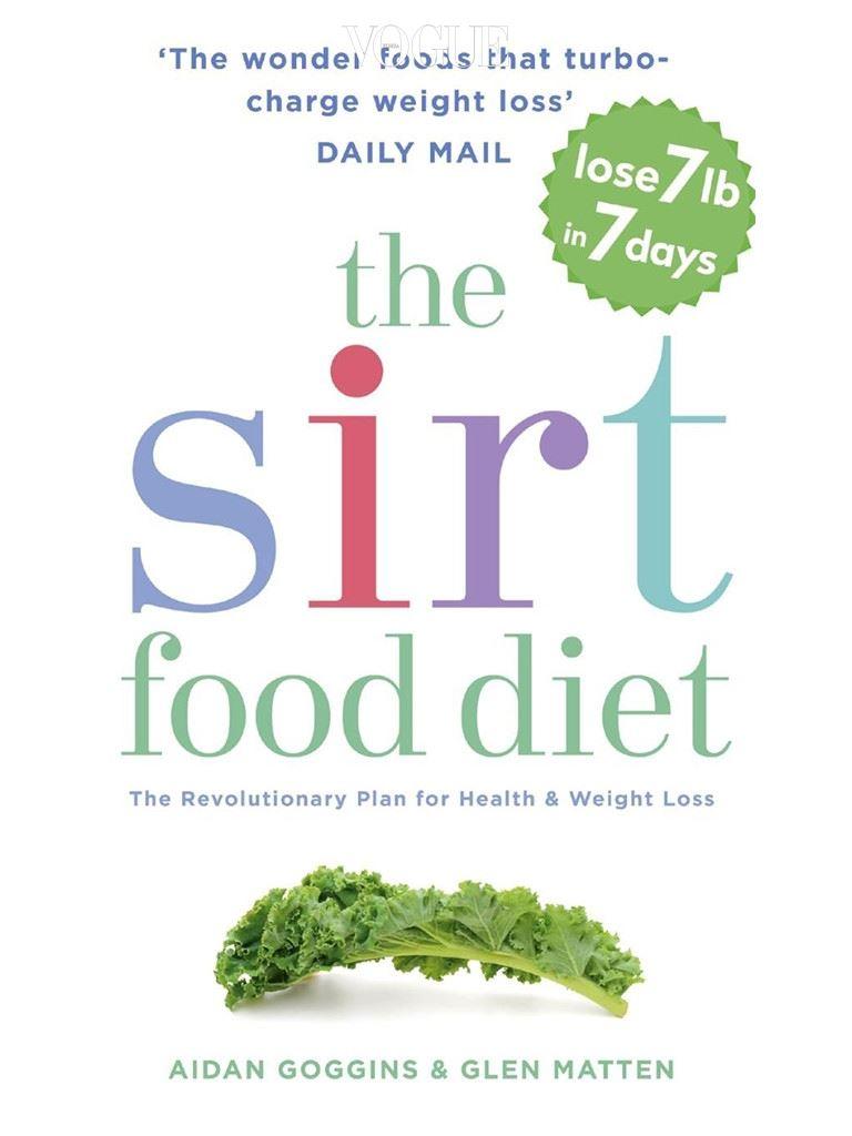 책의 저자 글렌 매튼(Glen Matten)과 에이든 고긴스(Aidan Goggins)는 시르투인이 풍부한 '서트푸드(Sirtfoods)'를 먹으면 운동과 단식의 효과를 낼 수 있다고 설명합니다. 케일, 딸기, 대추, 올리브 오일, 다크 초콜릿, 녹차, 레드 와인 등이 서트푸드에 속하지요. 서트푸드 다이어트엔 금지 음식이 따로 없습니다. 고기와 함께 시르투인이 함유된 음식을 섭취해도 OK! 전세계 모든 다이어터들이 솔깃할 만한 방법이죠?