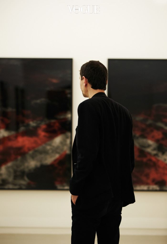 세 장의 거대한 현수막이 일곱 개의 좁고 긴 끈으로 변신했다. 그리고 사각의 공간을 감싼 3과 7의 조합은 하나의 그럴듯한 무대를 만들어낸다. 프랑스의 아티스트 사단 아피프는 태양과 바다가 만나는 풍경을 포착한다.