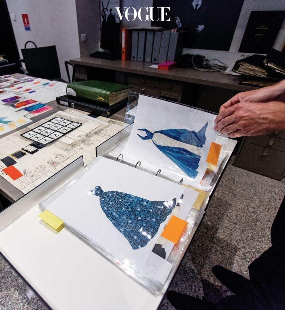 이브 생 로랑은 1963년부터 자신 의 패션 디자인을 스스로 컬렉션해 아카이브를 만들기 시작했다. 자기 이름을 걸고 첫 오뜨 꾸뛰르 컬렉션을 발표한 것이 1962년이니 단 1년 만에 이런 야심 찬 계획을 세운 것이다. 이때부터 그는 오뜨 꾸뛰르 컬렉션 중 영구적으로 보관할 가치가 있다고 생각하는 작품의 크로키에 크게 M자를 적기 시작했다. 불어로 박물관, Musée의 머리글자다. 동시대의 어떤 디자이너도 하지 않았던 시도이자 오늘날 오뜨 꾸뛰르 메종에서조차 좀처럼 찾아볼 수 없는 일이다.