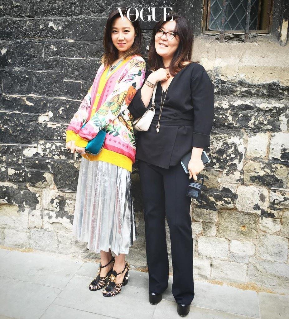 구찌 크루즈 쇼가 열린 웨스트민스터 사원 앞에서  패션 디렉터가 만난 배우 공효진과 스타일리스트 한혜연. 공효진이 입은 구찌룩은 곧 출시될 가든캡슐 컬렉션이랍니다.