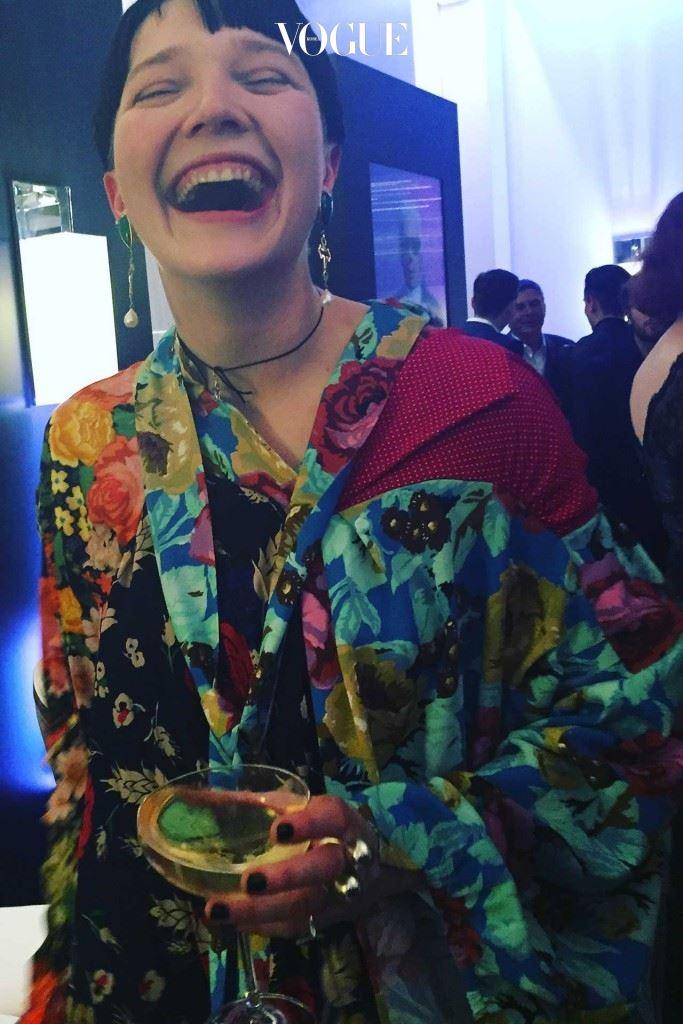 베트멍의 뮤즈이자 스타일리스트인 로토 볼코바 아담(Lotto Volkova Adam)이 베트멍의 플로럴 드레스를 착용했다.