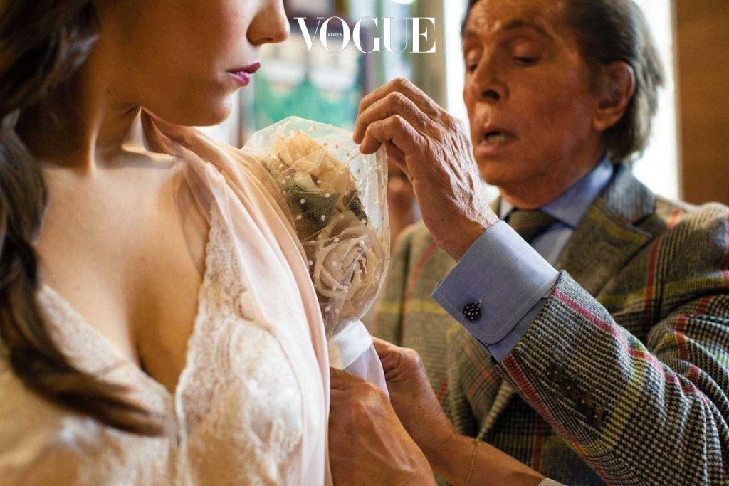 발렌티노가 여주인공 비올레타(Violetta)가 입은 드레스를 마지막으로 손보고 있다.
