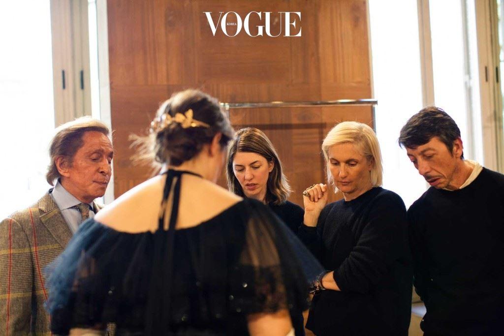 발렌티노, 소피아 코폴라, 마리아와 피아렐리가 마지막으로 드레스에 대해 논의하고 있다.