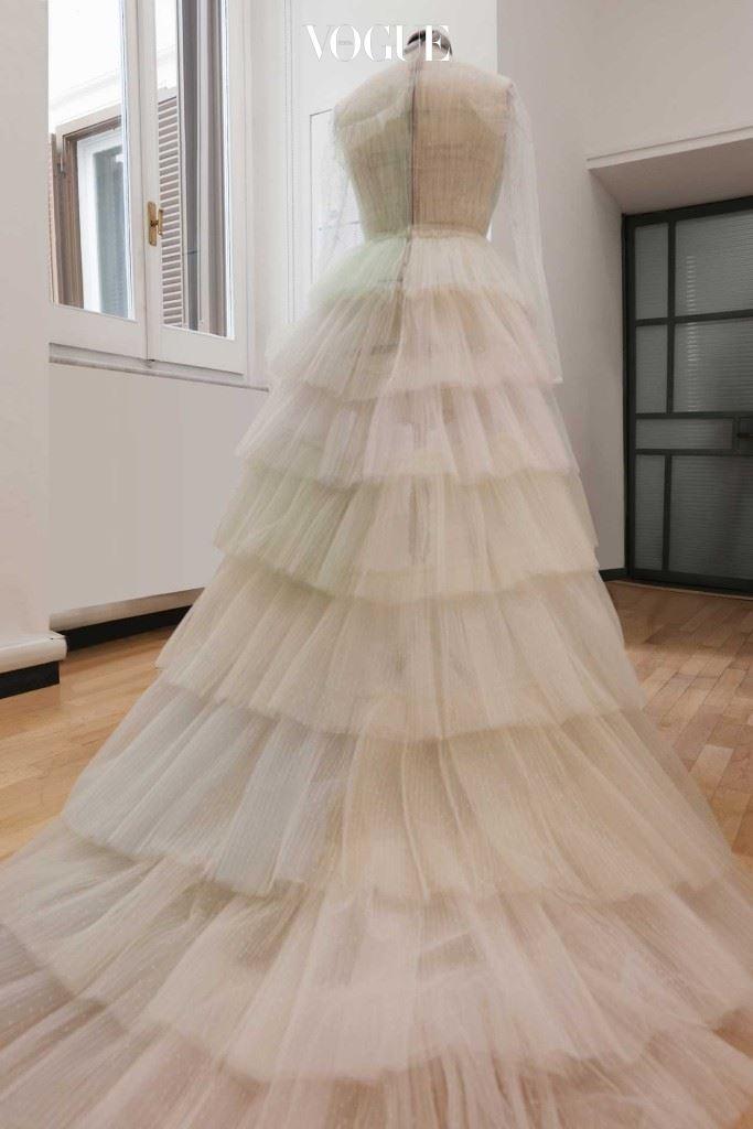 발렌티노 아틀리에에서 포착된 플로라(Flora)의 쉬폰 드레스.