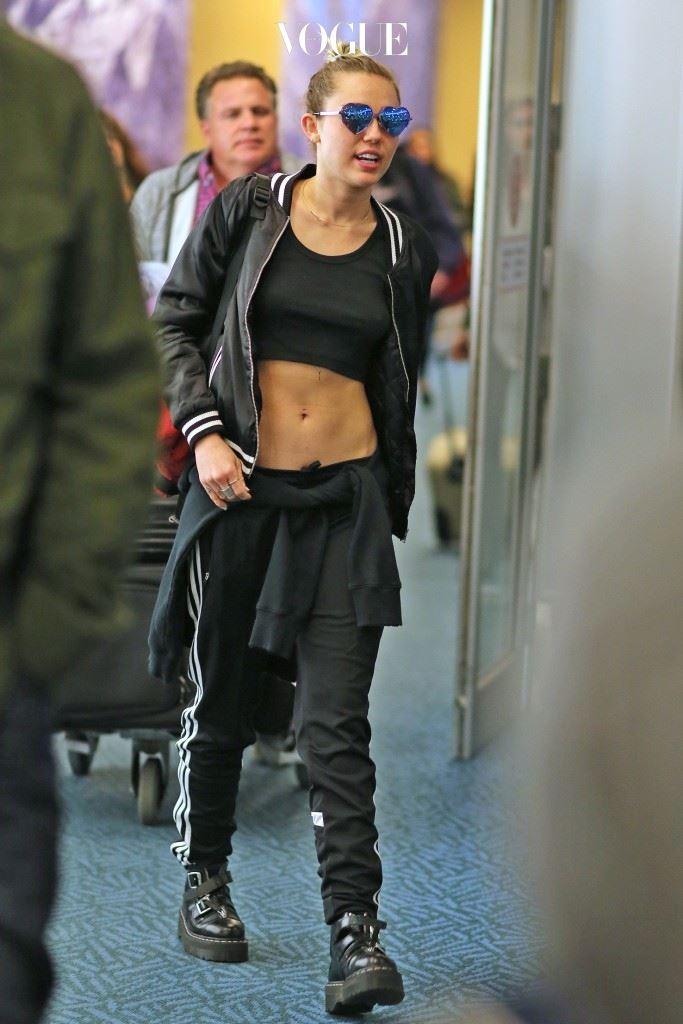 스타들의 파파라치를 통해 그 매력을 다시 확인해보세요! 마일리 사이러스(Miley Cyrus)