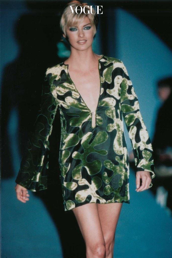 1996년 구찌 S/S 컬렉션에서 린다 에반젤리스타가 상징적인 드레스를 입고 있다.