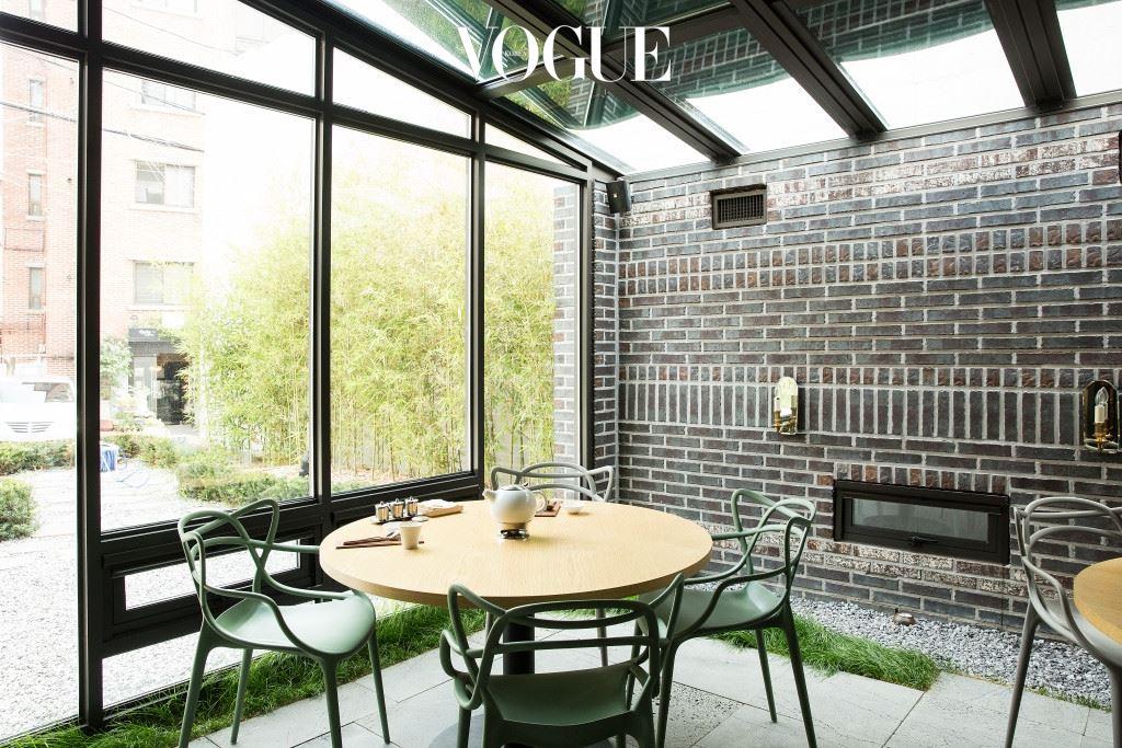가정집을 개조한 인테리어는 소박한 느낌의 정원과 모던한 바를 함께 아우른다.