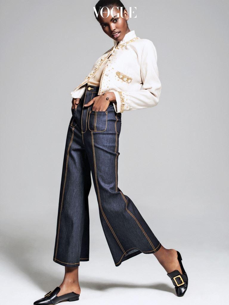 """우리는 점심 식사 후 자블루도비츠 컬렉션에서 존 래프맨의 첫 런던 전시를 둘러봤다. 래프맨이 디지털 시대의 욕망을 탐색하듯이 웨일스 보너는 남자와 여자의 복식에 대한 욕망의 경계와 근본적인 정체성을 탐험하고 있다. """"전 세계 곳곳의 여자들이 내 옷에서 새로운 의미를 찾고 있다는 사실에 설렙니다."""" 그녀는 말했다. """"그리고 각각의 컬렉션이 다양성에 대한 논의를 늘려나가길 바랍니다. 단순히 흑인과 백인에 대한 이슈 그 이상으로요."""" [ 리넨 재킷과 데님 큐롯 팬츠는 웨일스 보너(Wales Bonner), 슈즈는 발리(Bally). ]"""