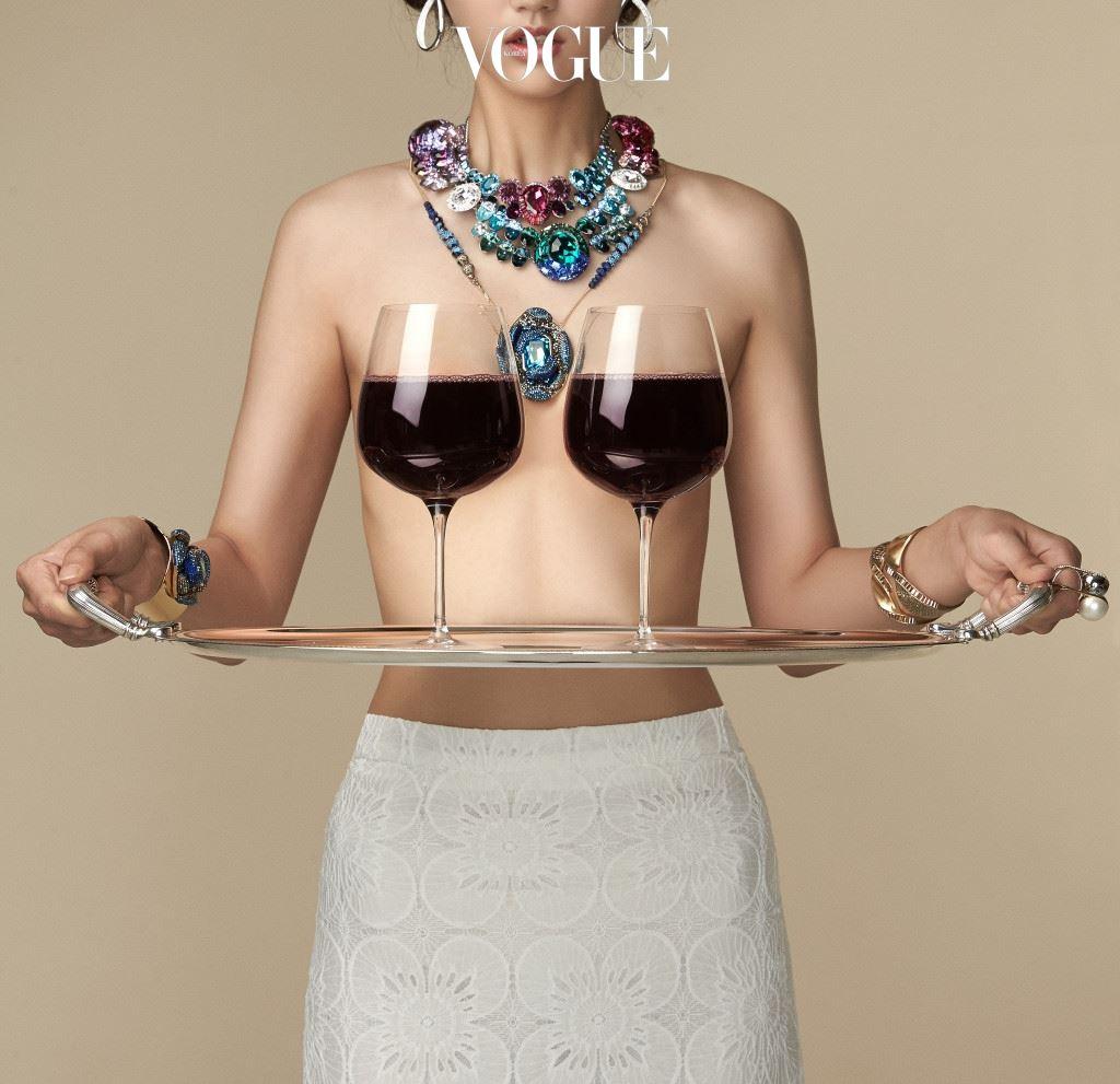 원산지, 품종, 빈티지, 생산자 등 와인을 고르는 조건이 다양해질수록 머릿속은 하얘진다. 이때도 포기할 수 없는 한 가지는 바로 가격. 하지만 늘 의문은 남는다. 와인의 가격표는 과연 제값을 하는 걸까? [ 액세서리는 스와로브스키(Swarovski), 트레이는 크리스토플(Christofle). ]