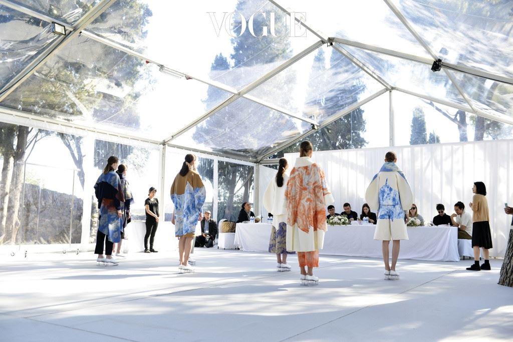 이에르 페스티벌은 젊은 패션 디자이너와 사진가를 발굴하기 위해 30년 전 시작됐다. 프랑스 남부 지중해 연안의 작은 도시인 이에르를 둘러싼 언덕 위의 빌라 노아유(Villa Noailles)가 그 본부다. 매년 봄 전 세계 패션 '꿈나무'와 패션 전문가들은 각자 다른 희망에 부풀어 이곳을 찾는다. 누군가는 패션계의 반짝이는 별이 되길 원하고, 또 누군가는 패션의 젊은 에너지를 느끼려는 소망에서다. 지난 30년간 이곳을 거쳐 탄생한 스타들은 한마디로 굉장하다. 빅터앤롤프는 이에르에서 처음 패션계에 이름을 알렸고, 얼마 전 생로랑의 새 리더로 뽑힌 안토니 바카렐로는 10년 전 이곳에서 대상을 수상했다.