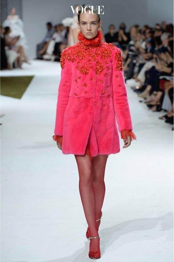 소비자들의 마음을 공략한 핑크 모피 코트.
