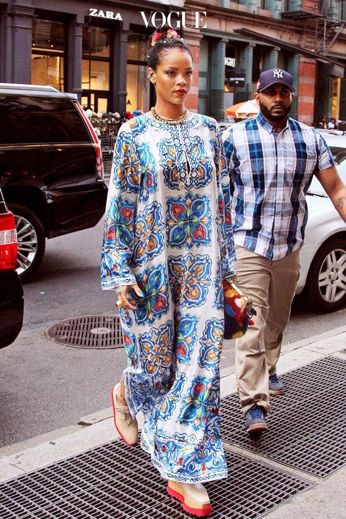 보는 것만으로도 화사한 느낌을 물씬 안겨주는 플로럴 프린트는 05/31/2016 리한나(Rihanna)