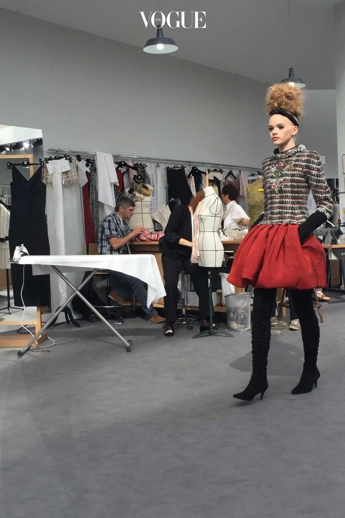 CHANEL-Atelier-red-bubble-skirt_CREDIT_SUZYMENKESVOGUE