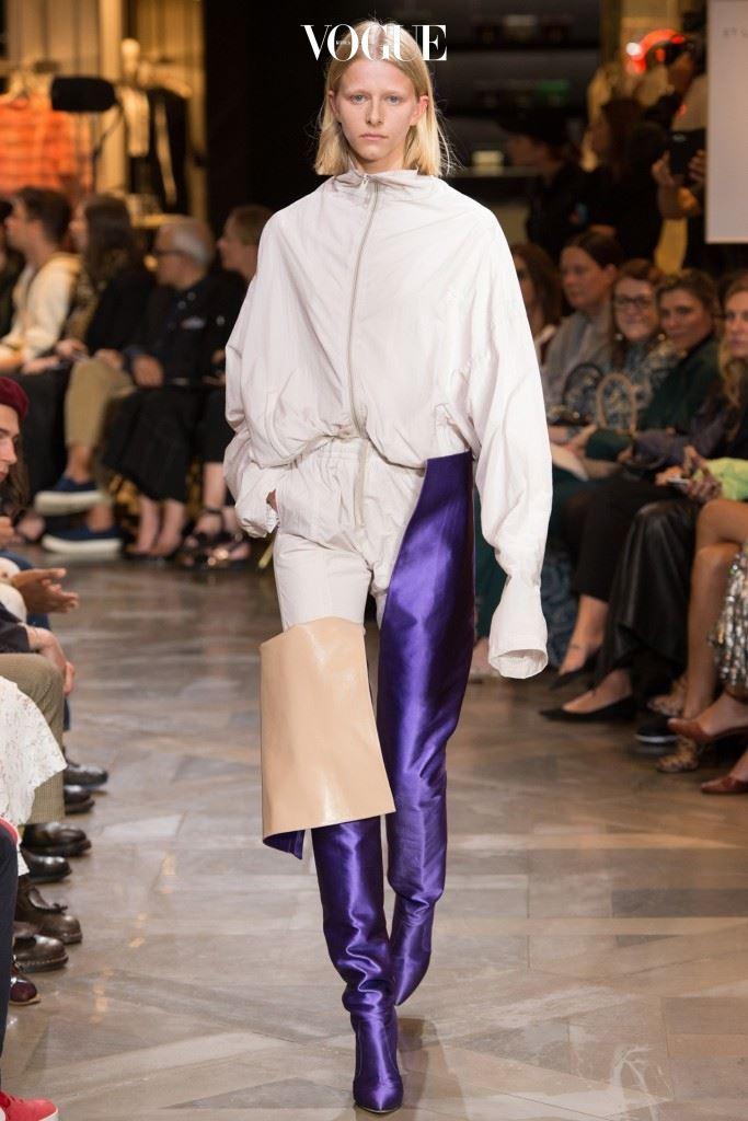 허리 높이의 마놀로 블라닉과 협업한 오뜨 꾸뛰르 컬렉션.