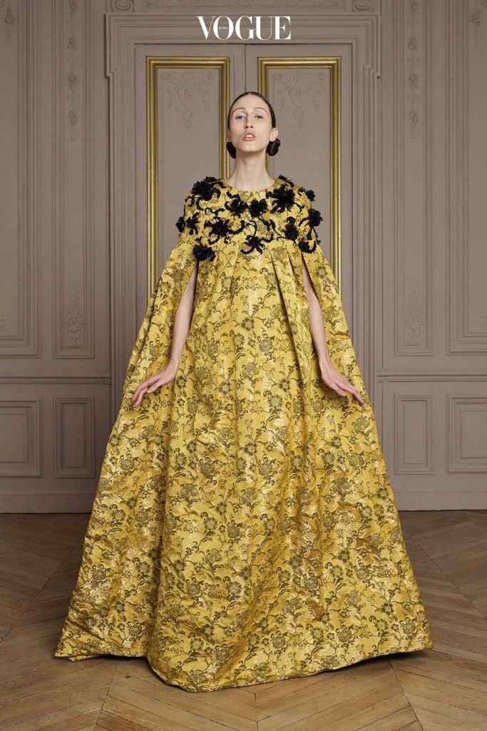금빛의 다마스크 직 드레스. 스와로브스키 주얼리와 레이저 컷팅된 꽃 자수가 새겨졌다.