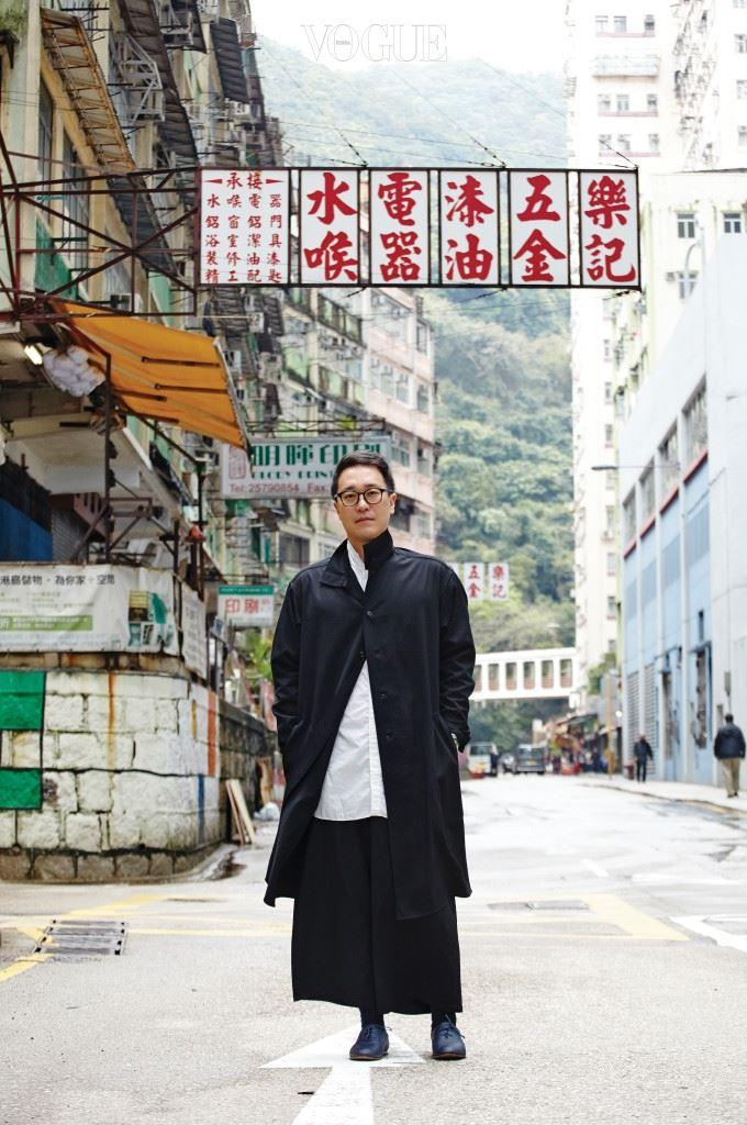 """""""가끔 이런 생각을 하곤 해요. 리우데자네이루와 뉴욕이 만나서 아기를 낳으면 홍콩이 되지 않을까 하는.(웃음)"""" 홍콩섬에서 구룡반도로 택시 타고 이동하는 길, M+의 부관장 겸 수석 큐레이터 정도련이 말했다.  M+의 탄생을 주도하며 미술관의 유 전자를 만들고 있는 정도련의 또 다른 중요한 일 중 하나는 홍콩의 불균 질한 에너지를 체화하는 것이다. """"홍콩 사람들조차 돈 벌고 쇼핑하고 맛 있는 거 먹는 것에만 관심 있지, 문화는 불모지라는 이야기를 종종 해요. 하지만 고급문화만 문화는 아니잖아요. 홍콩은 충분히 독특해요. 동양과 서양이 만나고, 식민의 역사를 통하고, 자본주의를 넘어서는 어버니즘(도시 문화)이 형성되었다는 것, 그 자체도 문화죠."""" 물론이다. 이를테면 70년대부터 90년대까지 이어진 홍콩 영화의 붐은 완벽한 아방가르드로 각인되어 있듯이 말이다."""